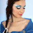 attraente donna in blu con make-up — Foto Stock