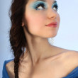 donna attraente con make-up alzando — Foto Stock