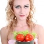 Молодая женщина с зеленым салатом и помидорами — Стоковое фото