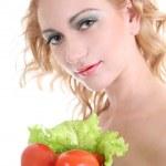 Junge Frau mit grünem Salat an Tomaten — Stockfoto