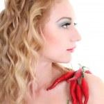 ung kvinna med röd chilipeppar — Stockfoto