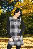 Aantrekkelijke vrouw in de herfst park — Stockfoto