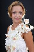 привлекательная женщина с орхидеей за темный фон — Стоковое фото