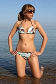 Frau im badeanzug und sonnenbrillen — Stockfoto