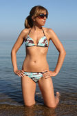 žena v plavkách a sluneční brýle — Stock fotografie