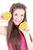 Adolescente feliz en color rosa con la mitad de las naranjas — Foto de Stock