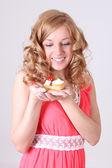 Szczęśliwa kobieta z trochę ciasta w ręku — Zdjęcie stockowe