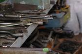 Schraubenschlüssel in fabrik — Stockfoto