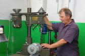 квалифицированный работник с сверлильный станок — Стоковое фото
