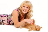 Hermosa mujer jugando con gatito — Foto de Stock