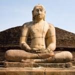 antigua estatua de Buda con cielo azul sobre fondo — Foto de Stock