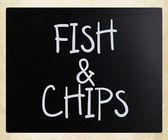 """""""Fish and chips"""" handwritten with white chalk on a blackboard — ストック写真"""