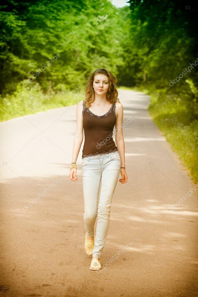 mujer-caminando-agua-ataredecer | Zen