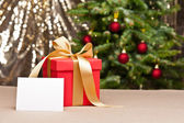 Weihnachtsgeschenk mit weißen karte — Stockfoto