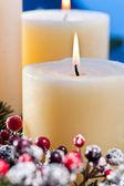 Drei Kerzen in ein Advent-Blumenschmuck — Stockfoto