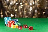 Renkli poker fişleri ve kırmızı zar — Stok fotoğraf