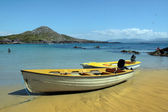 Gele boten op gouden ierse strand — Stockfoto