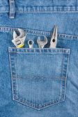 несколько инструментов на карман джинсов — Стоковое фото