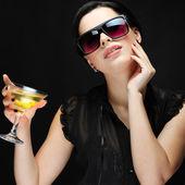 Hermosa joven con vaso de martini — Foto de Stock