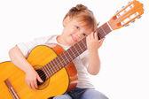 Смешная девочка играет на гитаре — Стоковое фото