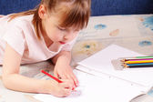 Piękne dziewczynki rysuje śmieszne zdjęcia — Zdjęcie stockowe
