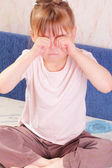 Hermosa niña rascarse los ojos — Foto de Stock