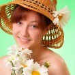 Happy young girl in the hat with chamomile flowers - Foto de Stock