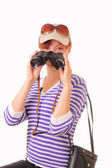 年轻漂亮的姑娘用在她手中的双筒望远镜 — 图库照片