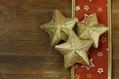 Nieuwjaar en kerstmis achtergrond met kerst ornamenten — Stockfoto