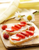 Dessert sandwiches with strawberry and soft cheese — Stock Photo