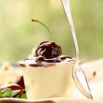 Молочный десерт с вишней и шоколадным соусом — Стоковое фото