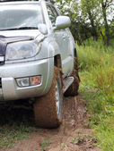 Extreme offroad behind an unrecognizable car in mud — Stockfoto