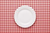 Piatto vuoto a tavola — Foto Stock