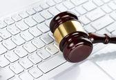 Hamer op het toetsenbord van de computer — Stockfoto