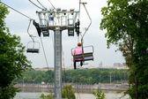 Turistiche in ascensore montagna guarda a mosca — Foto Stock