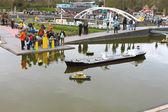 La haya, países bajos - 7 de abril: turistas en madurodam expositi — Foto de Stock
