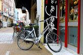 Cykel är parkerad nära shop i gorinchem. nederländerna — Stockfoto