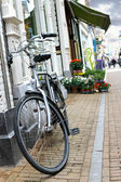 Bicycle is parked near flower shop in Gorinchem. Netherlands — Stock Photo