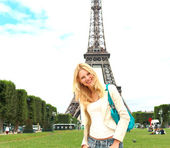 Vacation in Paris. Lucky girl near the Eiffel Tower — Stock Photo