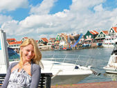 The girl at port of Volendam. Netherlands — Stock Photo