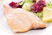 жареная рыба и овощи — Стоковое фото