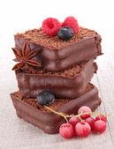 Torta dolce, cioccolato con frutti di bosco — Foto Stock