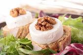 Keçi peyniri ve cevizli ekmek — Stok fotoğraf