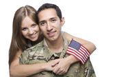 Mari militaire et son épouse étreinte — Photo