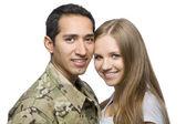 Souriant couple militaire pose pour un portrait — Photo