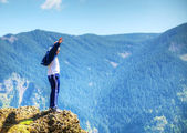 Man staying at the edge of the rock — Stock Photo