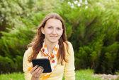 Dospívající dívka čtení elektronické knihy — Stock fotografie
