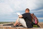 Ung man sitter utomhus och mediterar — Stockfoto