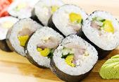 Un ensemble de rouleaux asiatique, sushi et sashimi — Photo