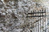 Dövme demir ızgara kaya — Stok fotoğraf